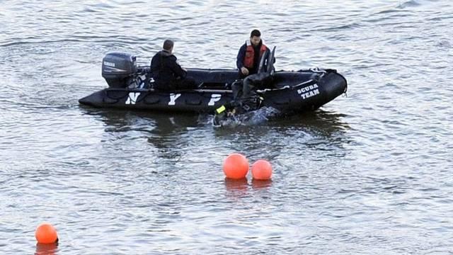 Taucher suchen im East River nach dem Helikopterwrack