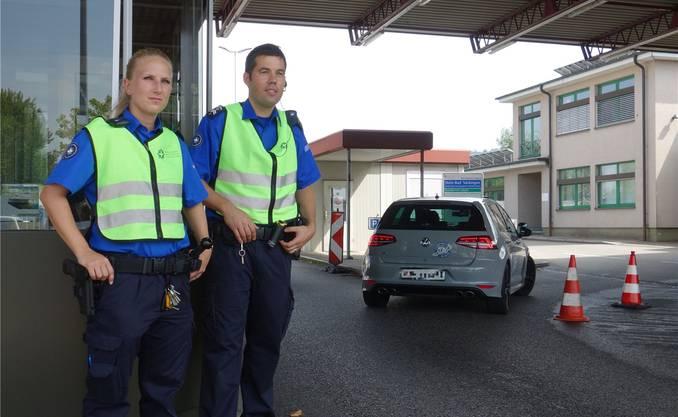 Leonie Tschackert und Lukas Koller überwachen den Grenzübergang Stein/Bad Säckingen.