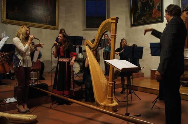 Dirigent Paul Taylor (rechts) führt das ungewöhnliche Ensemble geschickt durch die Partitur
