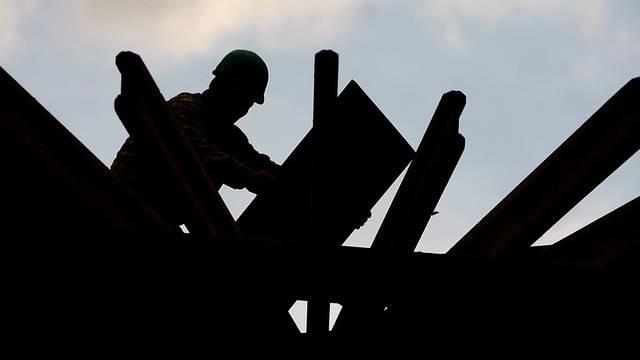 Bauarbeiter in Aktion - Die Konjunkturaussichten sind gemäss den Experten weniger düster als erwartet (Symbolbild)