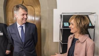 Ursula Wyss gratuliert Alec von Graffenried zu dessen Wahl zum Stadtpräsidenten.