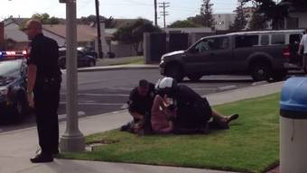 Eine Passantin filmte die brutale Festnahme. «Was machen Sie mit ihr?», ruft sie in dem Video verzweifelt.
