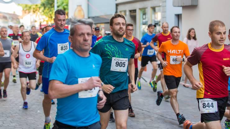 Etwas mehr als 800 Teilnehmer stürzten sich im letzten Jahr ins Abenteuer Aarauer Altstadtlauf.