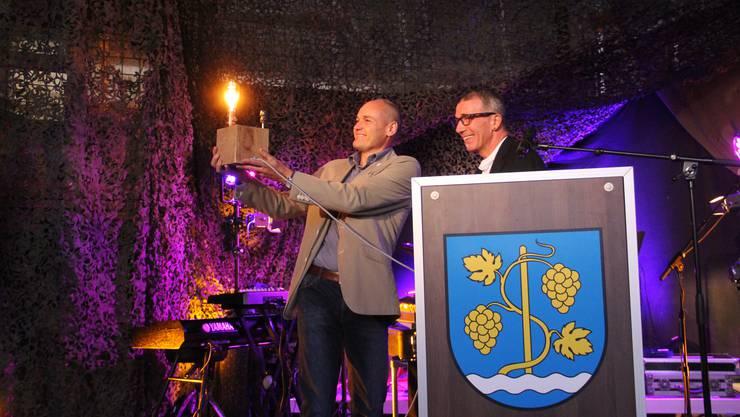 Freudige Stimmung an der Schega: OK-Präsident Dario Abbatiello (rechts) schenkt dem Gewerbepark-Bauherr Ruedi Amsler eine spezielle Lampe als Dank für das Gastrecht.