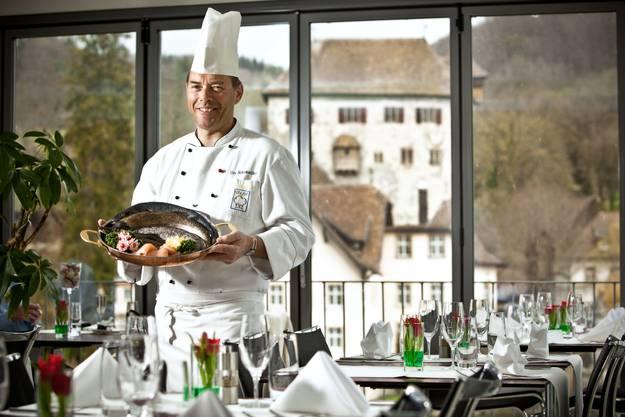 Karin und Urs Schumacher führen das Fischspezialitäten-Restaurant an der Landesgrenze bereits in der 3. Generation. 2017 wird das 100-Jahr-Jubiläum gefeiert. Das Wirte- paar serviert Produkte von Bauern, Winzern und einem Fisch-Biobetrieb aus der Region.