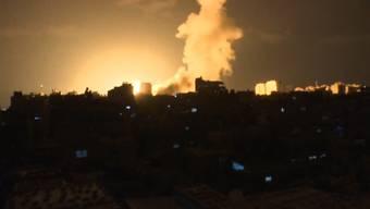 Erneut ist es am Rande des Gazastreifens zu Gewalt gekommen. Aus dem Küstengebiet feuerten Palästinenser Raketen nach Israel, die dortige Armee reagierte mit Luftangriffen.