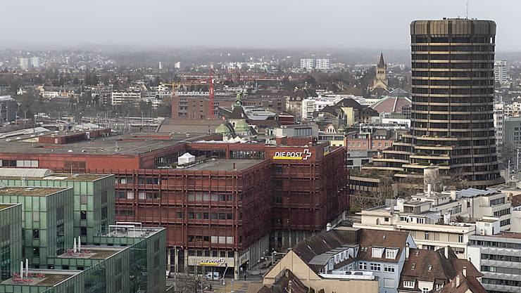 Die Bank für Internationalen Zahlungsausgleich BIZ in Basel (Turmgebäude) hat in ihrem jüngsten Quartalsbericht vor steigenden Risiken an den Finanzmärkten gewarnt. (Archivbild)