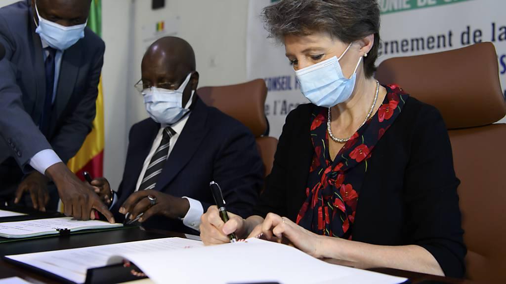 Die Schweizer Umweltministerin Simonetta Sommaruga unterzeichnet mit ihrem senegalesischen Amtskollegen Abdou Karim Sall am Dienstag in Dakar ein Abkommen zur Kompensation von CO2-Emissionen.