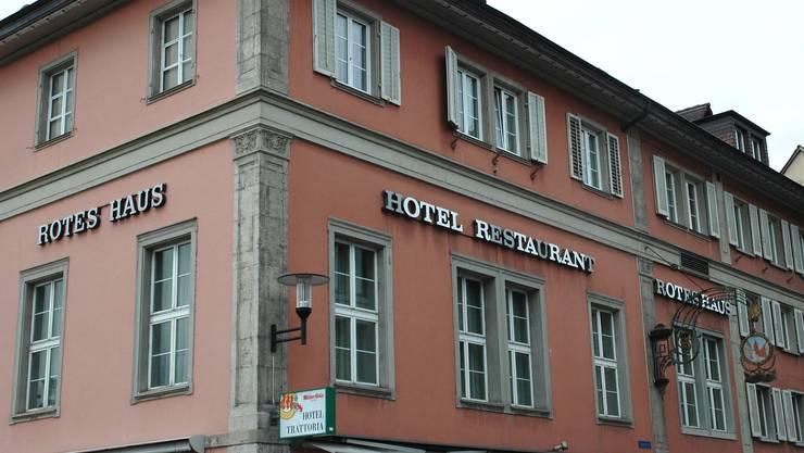 Im zentral gelegenen «Roten Haus» zu finden sind neben einem Restaurant, einem Hotel und einer Bar auch ein Saal im ersten Stock.