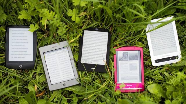 Alle getesteten Geräte eignen sich auch zum Lesen im Freien. Foto: Alex Spichale