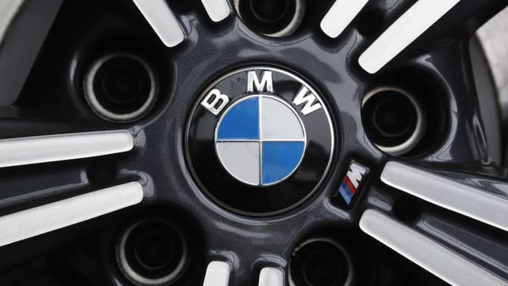 Wegen des Coronavirus brechen die Verkäufe beim deutschen Autohersteller BMW regelrecht ein. (Archivbild)