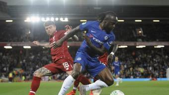 Zwischen Liverpool und Chelsea ging es schon unter der Woche im Ligacup zur Sache - mit dem besseren Ende für die Blues (im Bild Victor Moses, bedrängt von Alberto Moreno)