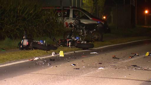 Vier Töfffahrer nach Frontalkollision verletzt