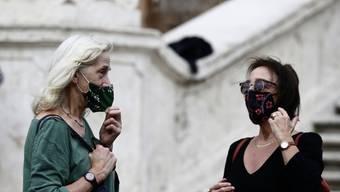 Die Masken sollten korrekt wieder aufgesetzt werden. (Symbolbild)