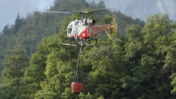 Löschhelikopter im Einsatz. (Symbolbild)