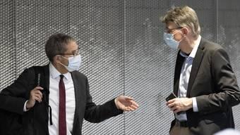 Der abtretende Urs Hofmann (links) und der nachfolgende Dieter Egli (rechts) im Gespräch. (Archivbild)