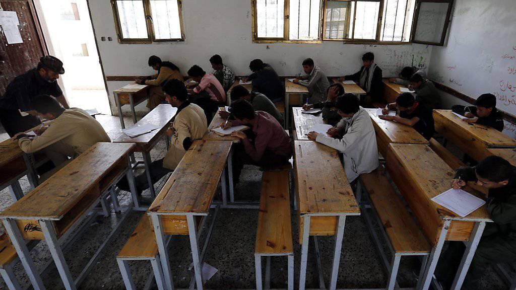 Im Konflikt im Jemen kommt es regelmässig auch auf Angriffe auf Schulen und Spitäler. Die Kontrahenten finden sich nun auf einer UNO-Liste von Verletzern von Kinderrechten. (Archivbild)
