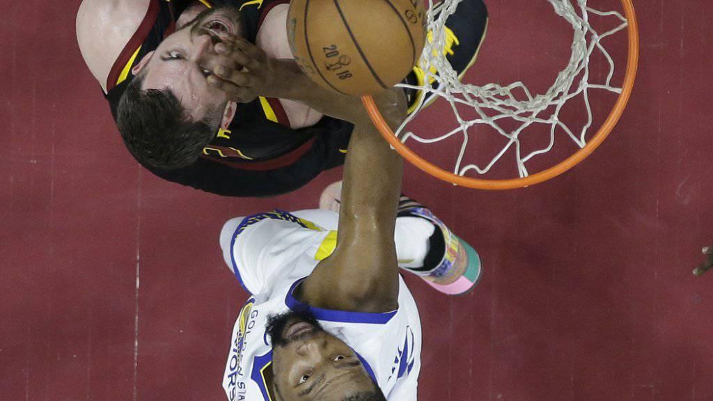 Kevin Durant von den Golden State Warriors (in weiss) trat auch im dritten Playoff-Final der NBA unwiderstehlich auf