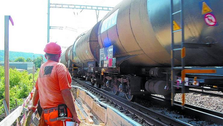 Baustelle: Durchfahrende Züge erschweren die Arbeiten an der Eisenbahnbrücke über der Moosstrasse. (Bild: mrl)