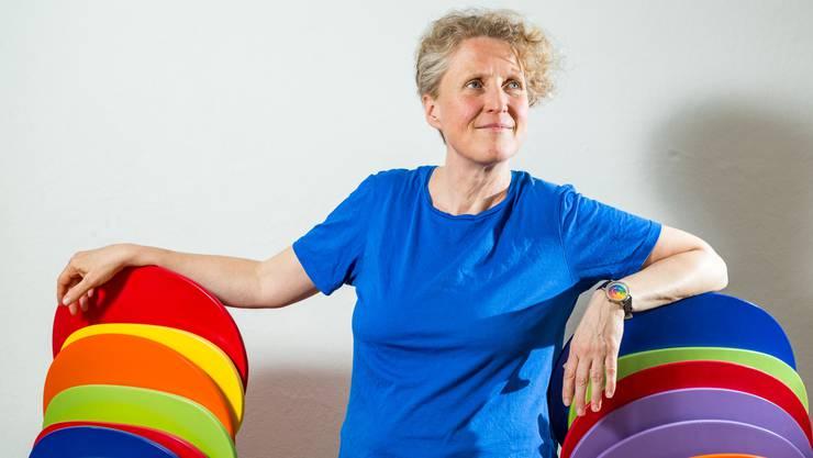Susanne Birke trägt eine Regenbogen-Uhr am Handgelenk – passend zu den Farben der LSBTI-Gruppe.