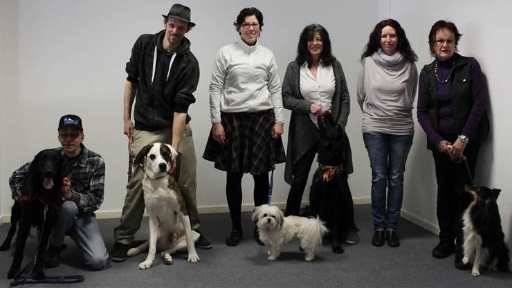 Diese sechs Kursteilnehmer werden ab September mit ihren Hunden Altersheime besuchen.