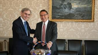 Botschafter Michel Duclos und Regierungsrat Urs Hofmann bei der Geschenkübergabe im Regierungsgebäude