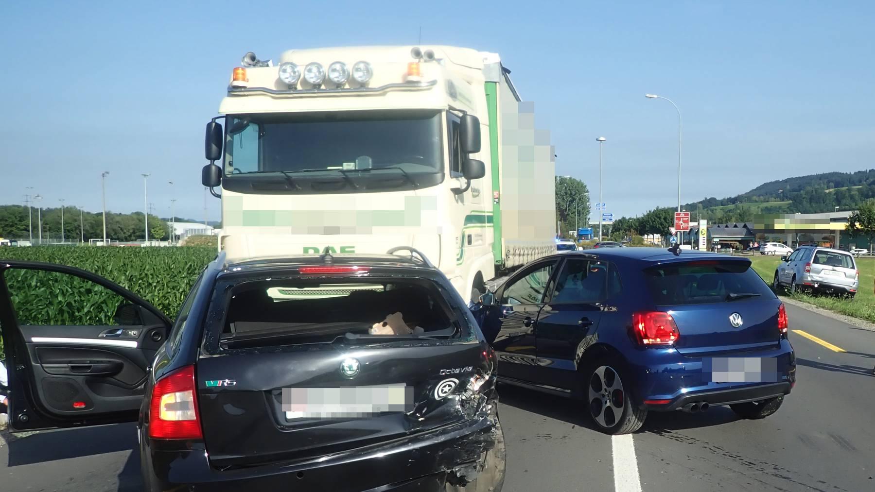 Beim Unfall wurden zwei Personen leicht und eine Person mittelschwer verletzt.