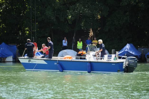 Vom Boot aus wird die Aktion koordiniert
