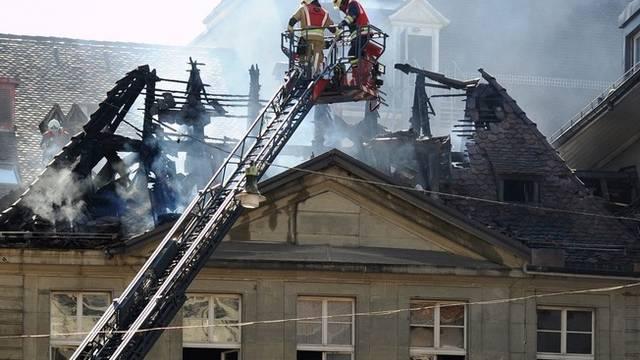 Feuerwehrleute bekämpfen den Brand, der absichtlich gelegt wurde (Archiv)