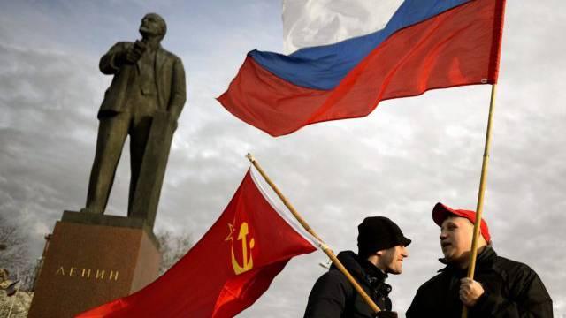Demonstranten auf der Krim schwenken die russische Flagge