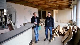 Daniel Molliet (links) und Peter Moll von Velo-Süd stehen im leeren Bahnhofrestaurant beim Südbahnhof, wo Egli-Beck ein Café einrichten will.