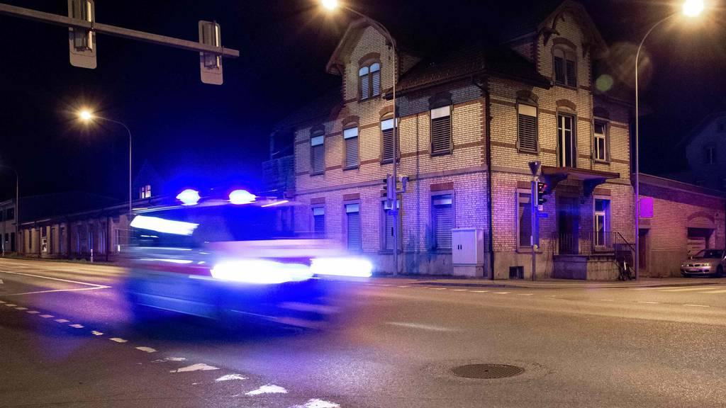 Mann mit Messer schwer verletzt: Täter stellt sich nach Flucht
