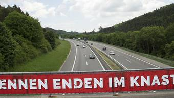ARCHIV - Ein Banner warnt in  einer Kampagne in Baden-Württemberg vor illegalen Autorennen. Foto: Steffen Schmidt/dpa