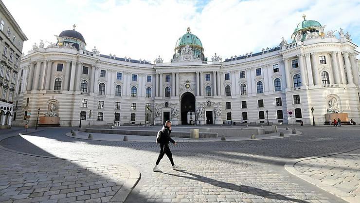 dpatopbilder - Ein Mann geht über den Michaelerplatz. Für rund drei Wochen ist Österreich nun wieder im Corona-Lockdown. Foto: Helmut Fohringer/APA/dpa