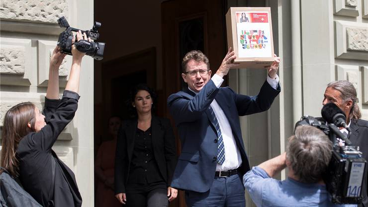 Im Kampf um Aufmerksamkeit sind Referenden weniger attraktiv als Initiativen: Albert Rösti, SVP-Präsident, beim Einreichen der «Selbstbestimmungsinitiative».Peter Schneider/key