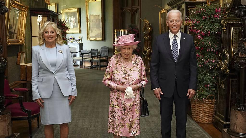 Die britische Königin Elizabeth II. (M) steht zwischen Joe Biden, Präsident der USA, und First Lady Jill Biden im Grand Corridor von Schloss Windsor. Foto: Steve Parsons/PA Pool/AP/dpa