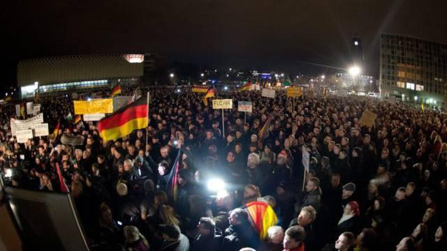 """""""Patriotische Europäer"""" in Dresden auf der Strasse"""