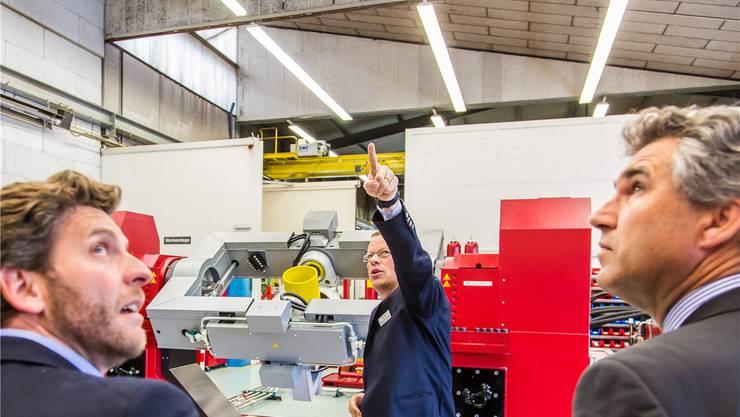 Nick Wälli, CEO der Acutronic, bei der Führung durch die Produktionshalle.- Foto: Fabio Baranzini