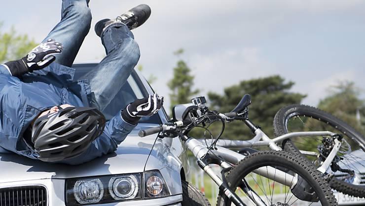 Ein Junge wird beim Unfall gegen die Windschutzscheibe geschleudert. (Symbolbild)