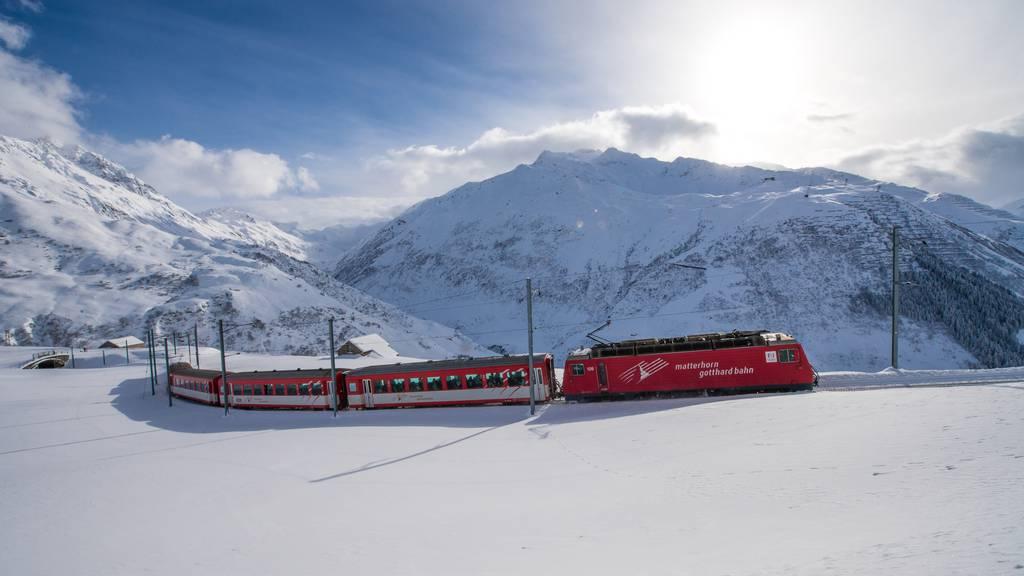 Zug fährt am Oberalppass in Lawine