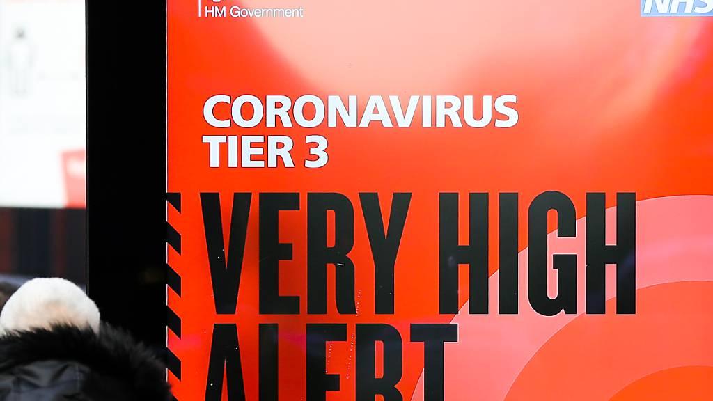 dpatopbilder - Ein Plakat des britischen Gesundheitsdienstes NHS mit der Aufschrift «Coronavirus Tier 3. Very high alert» (Coronavirus Stufe 3. Sehr hohe Alarmstufe) steht in der Londoner Innenstadt. Foto: Dinendra Haria/SOPA Images via ZUMA Wire/dpa