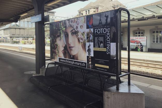 Auch am Bahnhof sind Bilder von Christoph Marti zu sehen. (Solothurn Hauptbahnhof)
