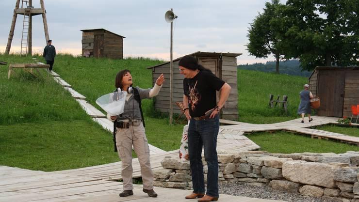 Grillenforscherin Alfreda Moscatelli (Nicole Spaar) erzählt von ihren Entdeckungen. Foto: grh