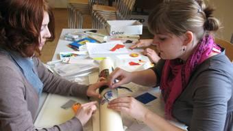 Beim alljährlichen Ostertreffen der Juseso können die Jugendlichen ihrer Kreativität beim Kerzendekorieren freien Lauf lassen.