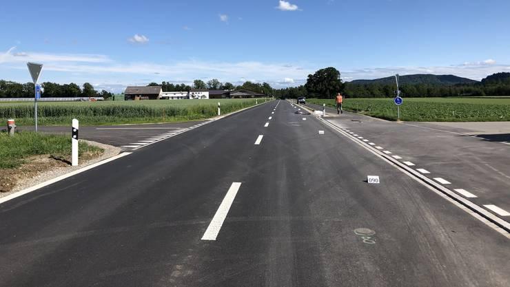 Bei der Kreuzung wollte der E-Bike-Fahrer die Strasse überqueren, als er mit einem Richtung Flaach fahrenden Personenwagen kollidierte.