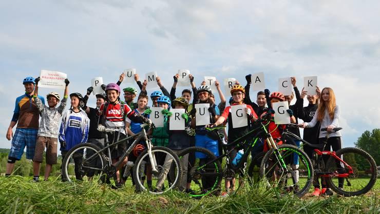 Die Initianten Tobias Rymann (ganz links) und Beni Nyffenegger (hintere Reihe, grüner Helm) freuen sich mit ihren Schulsportkindern auf die Umsetzung des Projekts.