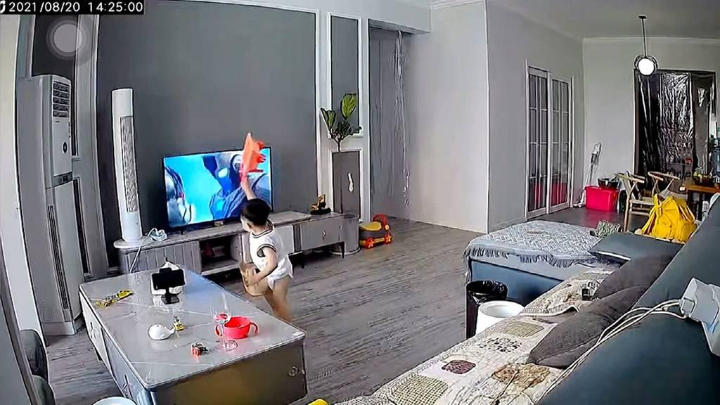 Um Superheld zu helfen: 2-jähriger Junge zerschlägt TV-Bildschirm