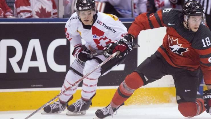 Nico Hischier (l) wird auch an Silvester Hockey spielen. Danach geht's ab mit Teamkollegen in ein Steakhouse. (Archivbild)