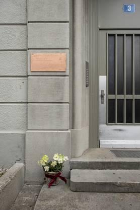 Die Gedenktafel ist an Kuhns Geburtsort an der Fritschistrasse in Zürich zu finden.
