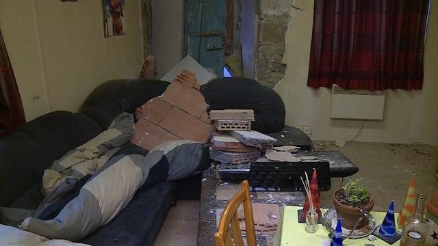 Lupfig: Auto kracht in Hausmauer – und hier schlief ein Mann